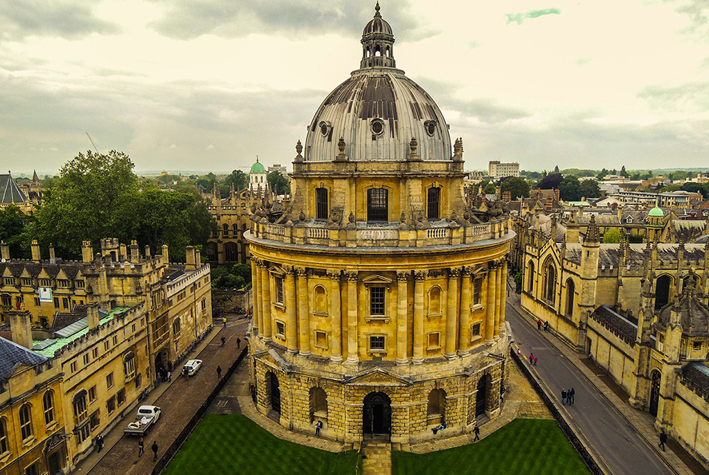 Outdoor photo of main building at Oxford University